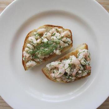 マヨネーズで和えた甘海老を贅沢にたっぷり使用して、ディルを思う存分トッピング!これぞ、スモーブローレシピの王道レシピ。