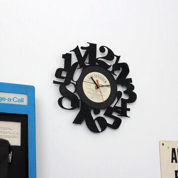 アナログレコードを再利用して作られた、モダンな壁掛け時計。レーザーカッターでカッティングされた文字盤は、男前インテリアやレトロテイストなインテリアとの相性も抜群です。カラーは全部で4色展開で、レコード部分のカラーを変えるだけでも印象がガラリと変わりますよ。