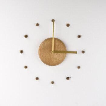 どんぐりがなるミズナラの木で、本体と文字盤を作成した壁掛け時計です。ナチュラルな質感ながらも、とってもシンプル。どんな空間にもなじみます。