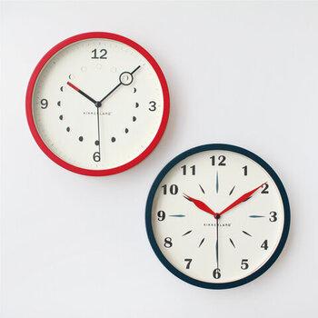ポップさとクラシカルさをあわせ持った、赤と青の壁掛け時計。赤の時計には、月の満ち欠けがイラストで描かれています。青の時計は、針のフォルムと文字盤を合わせているのが特徴。文字盤の上を滑るように針が動くスイープムーブメント仕様で、音が気になることもありません。