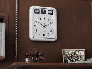 パタパタ表示のカレンダーと、アナログ式の時計を組み合わせた壁掛け時計。白地に黒の文字盤なので、視認性の高さも充分です。フルオートマティックのカレンダーなので、日めくりカレンダーを手で毎日めくるのがめんどくさいという方にもおすすめ♪