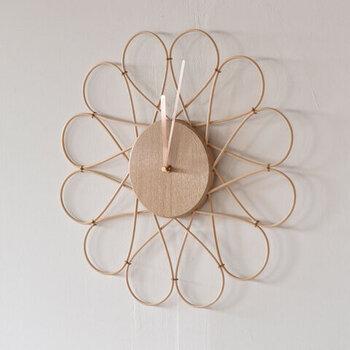 籐とならを素材に使用し、籐は無漂泊の自然色にこだわった無塗装の壁掛け時計です。それぞれのパーツのつなぎ目が、文字盤の役割を果たすスタイリッシュなデザイン。籐の影が壁に移り、時間が経過するごとに表情を変える時計です。