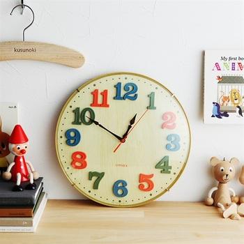 木目調の時計版に、カラフルな文字盤があしらわれたカラフルな壁掛け時計です。子ども向けに作られたものではありますが、カラフルなインテリアがベースとなっている空間にもぴったりなアイテム。時間を合わせる必要がない電波式で、夜間は秒針が停止。夜中に針の音が気になるという方にもおすすめできます。