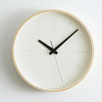 木製フレームに白の盤面を組み合わせた、シンプルな壁掛け時計。文字盤は直線のみで表現され、分や秒を表すインデックスと非常にマッチしています。オブジェのような雰囲気をまとった壁掛け時計は、インテリアアイテムとして飾っても◎