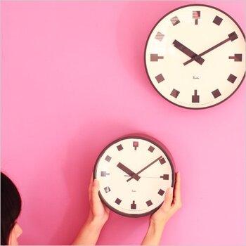 日比谷交差点に立っている、第一生命本社のポール時計をモチーフに作られた壁掛け時計です。すっきりとシンプルなデザインながらも、視認性が高い時計盤。12時の部分が赤くなっていているのがポイントです。