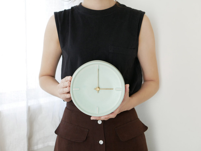 陶器で作られた、温かみのある壁掛け時計。4つの直線で描かれたシンプルな文字盤と、マットな質感の針がシックな印象を与える時計です。マットターコイズという、ヴィンテージ感のあるカラーも魅力。ナチュラルながらも、クールさを秘めたアイテムです。