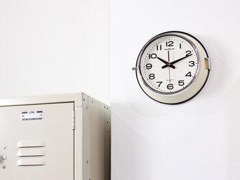インテリアショップの「P.F.S」と、セイコーが共同開発した業務用の壁掛け時計です。ムダがなく見やすい文字盤と、シンプルなデザインで、飽きがくることなく使える時計をコンセプトにしています。裏側にはゴムパッキンが施されており、埃・塵・湿気に強いつくりになっているのも嬉しいポイント。