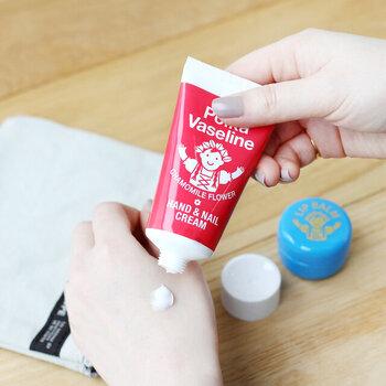 ワンカラーネイルをおしゃれに見せるためには、毎日のネイル&ハンドケアが欠かせません。ポーランドのワセリンをベースに、うるおい成分やカモミールのアロマを配合。やさしい香りで、手や爪をしっかりと保湿してくれます。