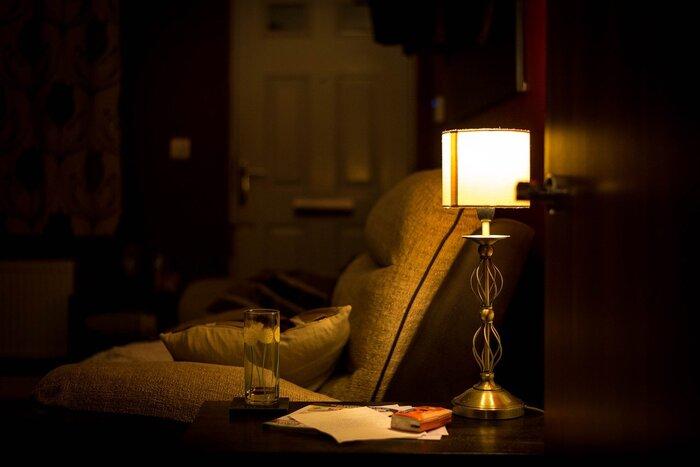 睡眠を安定させる効果のあるメラトニンは、明るい光によって分泌が抑制されてしまうので、室内を暗めにし、スマートフォンやPCの画面も極力見ないようにすることが大切です。そのかわりに、音楽やストレッチで視覚と脳をクールダウンさせて、入眠しやすい環境を整えましょう。