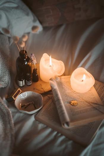 入浴後にはとにかくリラックスすることを心がけましょう。好きなアロマを焚いたり、好きな音楽を聴いたり、オイルマッサージしたり。身体をほぐすストレッチもいいですね。照明はやや暗い間接照明にし、五感を刺激しない、リラックスできる空間を作りましょう。