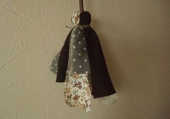 作り方はとっても簡単!不要な布や洋服を裂き、棒に麻紐で結び付けて完成です*