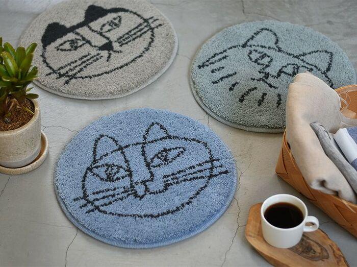 憎めないかわいらしさの猫のイラストが描かれたチェアパッドです。ふわふわの手触りで、快適な座り心地です。アクリル100%で、お手入れ簡単なのも魅力です。