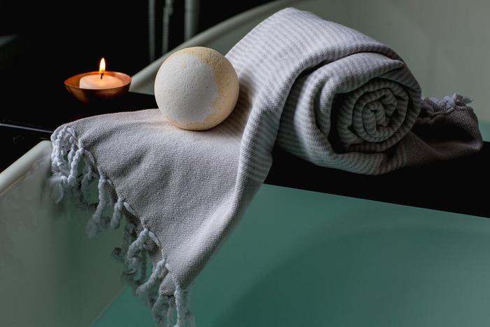 ここからは、睡眠リズムを整える時間。今日1日頑張った身体の疲れをお風呂でほぐしてあげましょう。だいたい眠る1時間~1時間半前くらいに入るのがベスト。38〜40℃のぬるめのお湯で入浴すると、寝つきが良くなります。たっぷり汗をかきたい方は、眠る2時間前までがおすすめ。