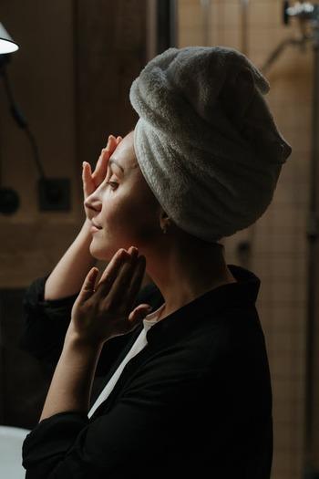 お風呂の後のスキンケアも大切な時間。じっくりと肌や髪を労わってあげてください。