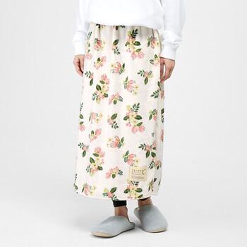 毛布をそのまま付けているような温かさのスカート型ウォーマーなら、下半身冷えに効果抜群!お腹周りはゆったりしたつくりで、パジャマや部屋着の上から着られるのもうれしいですね。内側のポケットにカイロを入れれば、ピンポイントで冷える場所を温めることもできます。