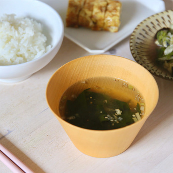 鳴門海峡のわかめがたっぷり入った、食物繊維豊富なわかめスープ。スープですが磯の香りはご飯とよく合うので、お弁当と一緒にランチにいただいたり、または忙しい夜や朝にお味噌を入れれば簡単にお味噌汁を作ることができます。