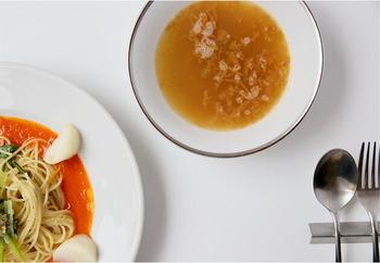 まるでレストランで食事をいただいているような食卓を手軽に演出できるオニオンスープ。見た目の良さだけでなく、じっくり4時間もかけて炒めた淡路島の玉ねぎに、黒コショウの辛さがアクセントとなり、玉ねぎ本来の旨味をたっぷり味わえる本格派のスープです。