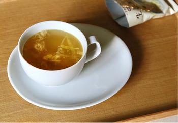 寒い日にいただきたい、身体がポカポカあたたまる生姜スープは、九州産の華味鳥が入り、意外と食べ応えがあり、お夜食にも最適です。さらに白ネギも加わり、風邪の予防やひきはじめにも効果がありそう。