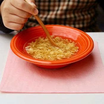 様々な食事に活躍してくれるふわとろの玉子スープ。子どもも喜ぶとろっとした口触りの玉子スープは、利尻昆布の出汁がきいており、どこか懐かしい味わいで、大人も大満足。