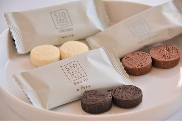 同じく「510SALT」の五島の天日塩とチョコレートが織りなす極上の味わいが自慢の「とろけるチョコレートクッキー」。やさしい甘さのチョコレートクッキーは、アイテム名のとおりに、まるで生チョコをいただいているような、とろけるようななめらかさ。