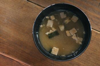 長野県の方言で「ずく」は「根気、やる気」を意味し、「ずくいらず」は簡単にできます!という意味になります。アイテム名のとおり、容器に入れてお湯を注ぐだけで、簡単に作ることができるフリーズドライのみそ汁。