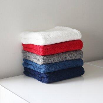 ふかふかでボリュームがあり、お風呂上がりの水気を一気に拭き取ってくれる、そんな頼もしいパイル織りのフェイスタオル。  「使えば使うほど拭き心地が良くなってくる」と言われるのは、洗いしごかれるごとに糸がしなやかに育っていくから。