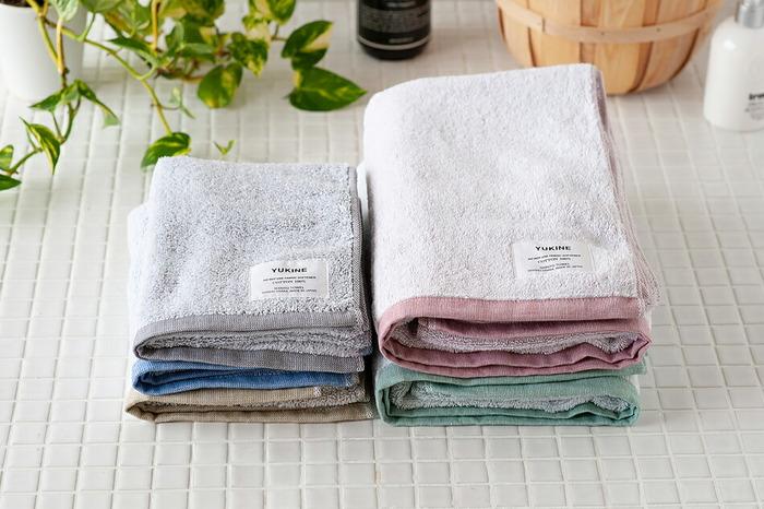 織り上がったタオルを水にさらし、丁寧に汚れや付着物を落とすことで、吸水性が高く綿がキュッキュッとしなるようになります。  その「後ざらし」の工程にたっぷり時間をかける泉州タオルは、一度は使ってみたい逸品。