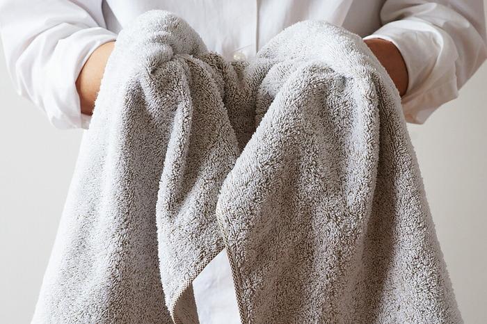 ユキネは、オーガニックコットンの原糸をパイル状に編んでいて、ベースの色から白色が浮き出ているようなやわらかな色合いに。  「柔軟剤のご使用は避けてください」と記載されているほど、タオルの吸水性や肌触りにこだわりあり。