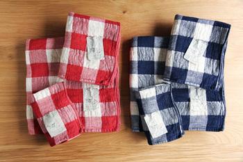 レトロな大きめチェックに洗いざらしのような風合いが素敵なタオルです。  表面はさらりとした綿麻素材のガーゼ織りに、裏面はふんわり柔らかなオーガニックコットンのパイル織りに。
