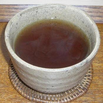 夏の定番の麦茶をホットでいただくと、香ばしさがいっそう際立ちます。コトコト煮出す必要はなく、急須にパックを入れ熱湯を注ぎ1〜2分蒸らすだけでできあがりますよ。