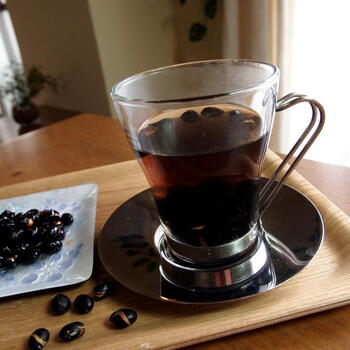黒豆を乾煎りしないでも、電子レンジで手軽に加熱ができます。香ばしさにくわえて、黒豆の豊かな香りがリラックスさせてくれる1杯です。