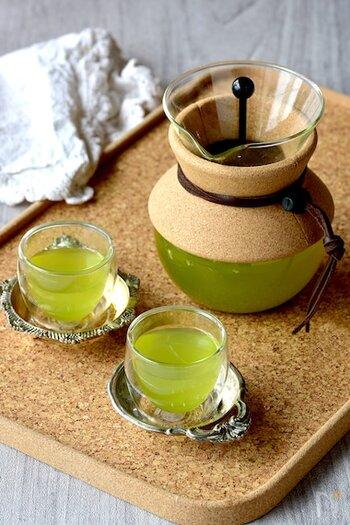 いつもの煎茶をレモングラスを煮出したお湯で淹れると、香りが膨らみちょっぴりアジアンテイストに。抹茶入りの煎茶を使えばより鮮やかな色が出て、見ているだけで元気が出ます。