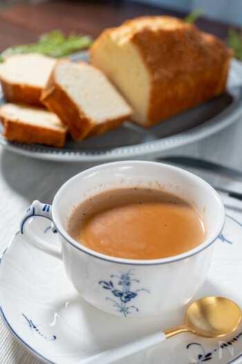 上品で濃厚なロイヤルミルクティーの材料は紅茶、牛乳、水だけ。レシピを知ってさえいればおうちでも簡単に味わえます。風味を生かすために牛乳は沸騰させないのがポイントです。
