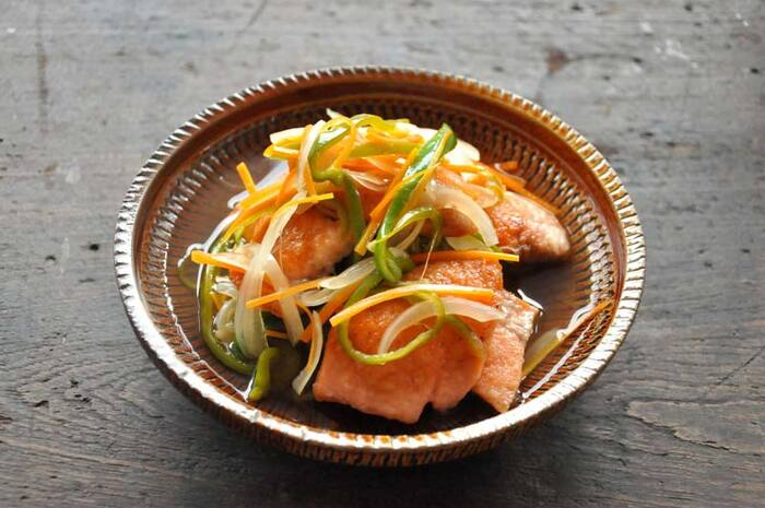 鮭の旨みと油のコクが南蛮酢に移って、お野菜もおいしく食べれるレシピです。彩りよくお野菜を加えれば、華やかに仕上がります。ピーマンの他、アスパラや水菜など、季節ごとのお野菜で違いを楽しむことも可能です。揚げるのはちょっと面倒なので、フライパンで焼いて作る方法をご紹介します。