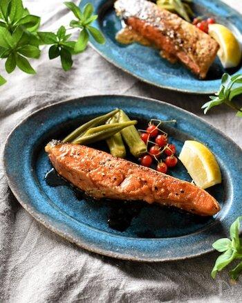 洋食アレンジの定番と言えば鮭のムニエルです。カリッと焼いた表面と、レモンバターの香りが鮭の臭みを和らげてくれます。バーブなどを加えてアレンジしてもおいしそうです。