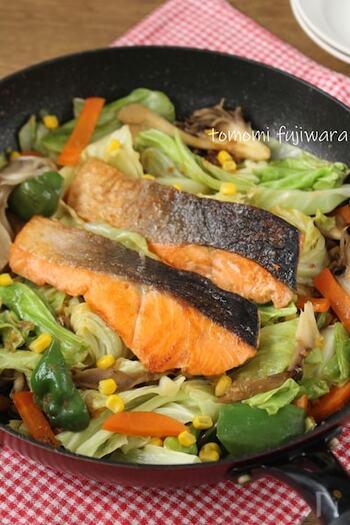 バターとお味噌のコクが加わって、こっくりとした味わいを楽しめるお料理です。鮭の旨みがお野菜に移って、もりもりお野菜も食べられそう。