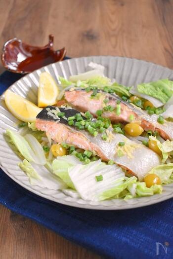 白菜と鮭を重ねて、レンジで蒸した簡単な蒸し料理です。鮭の旨みがギュッと濃縮されて、白菜に染みこみます。あっさりとポン酢で頂くのがおすすめです。