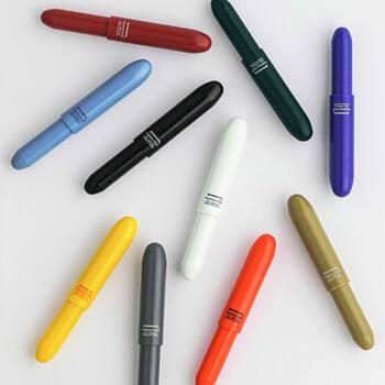 お気に入りの色を身につけるのはいくつになってもウキウキするもの。角のないフォルムと豊富なカラーが可愛らしい「penco」のボールペンなら、筆箱の中にパッと彩りをプラスしてくれます。手のひらに収まる程度のコンパクトなサイズなので、携帯用にもおすすめです。
