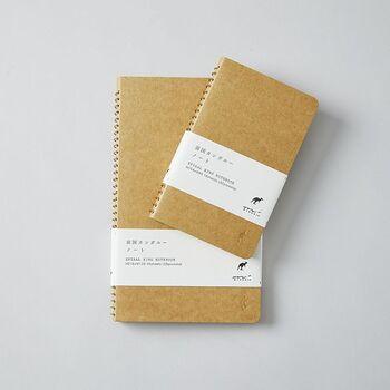 トラベラーにも愛される「MIDORI」のノートは、スリムで持ち運びやすいサイズ感が特徴。職人によってひとつひとつリングを通された丈夫な質感は、どこへでも連れて行けそうな安心感を纏っています。  ちなみに「南国カンガルー」とは、ポストカードや写真などを収納できるポケットのこと。自分のお気に入りを大切にしまっておけるうれしい設計です。