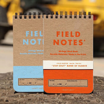 頑丈な厚手のパッケージに信頼をおける「FILD NOTE」のメモ帳です。ページには、表に横罫・裏に方眼をプリントしており、シーンに合わせてさまざまな使い方を楽しむことができます。横罫にはTo-doリスト、方眼にはイラストなどを書いてみるのも良いですね*