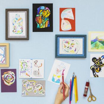 モノトーンのデザインポストカードは、色鉛筆や絵の具で色を加えてカラフルに楽しんでみませんか?部分的に差し色するだけでも印象が変わります。