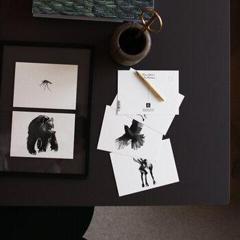 アーティスト「Teemu Jarvi(テーム・ヤルヴィ)」によって、北欧の大自然と日本の森林浴からインスピレーションを得て描かれたデザインのポストカード。フィンランドの大自然の中で生きる動物たちが墨で描かれており、モダンな中に力強さが感じられます。