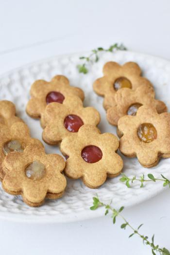 フルーティーな風味とサクサク感がたまらないジャムサンドクッキーは、お菓子作り初心者さんでも簡単。中央をくり抜いたクッキーと合わせれば、ジャムの色が見えてさらにかわいらしく仕上がります。