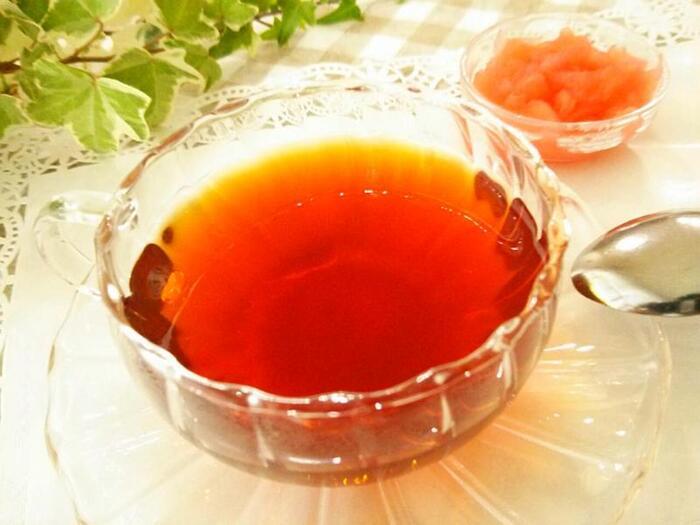 別添えのりんごジャムを舐めながらアールグレイの紅茶を飲む、本場の楽しみ方でいただくロシアンティーです。紅茶とジャムを別々にすることで紅茶の温度がぬるくならず、フルーツの風味も消えずにしっかりと味わえます。