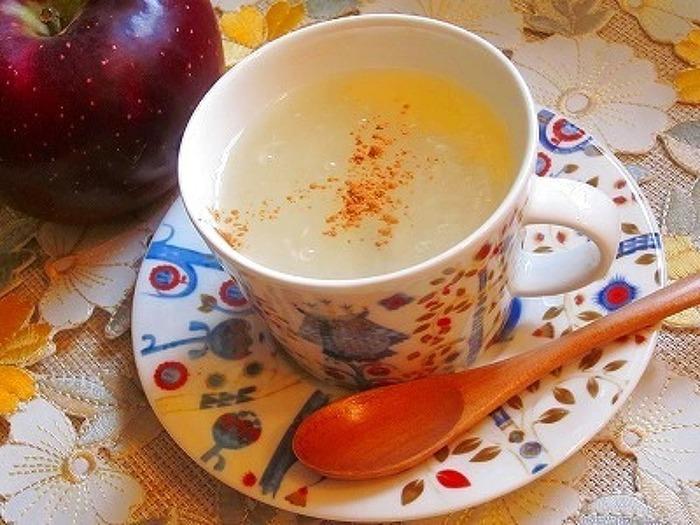 りんごジャムに蜂蜜と生姜の絞り汁を加え、葛粉でとろみをつけた身体をぽかぽかと温めてくれるホットドリンクです。お好みでシナモンパウダーを振りかけても◎