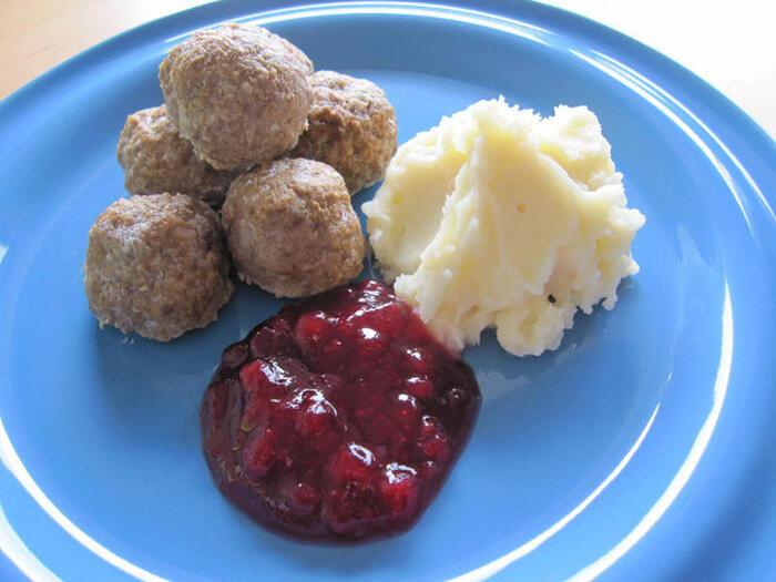 甘酸っぱいリンゴンベリージャムとマッシュポテトを添えていただく、スウェーデン風のミートボール。合い挽き肉と玉ねぎをベースにしたシンプルなレシピなので、スパイスやハーブを入れてアレンジしてもおいしく仕上がります♪
