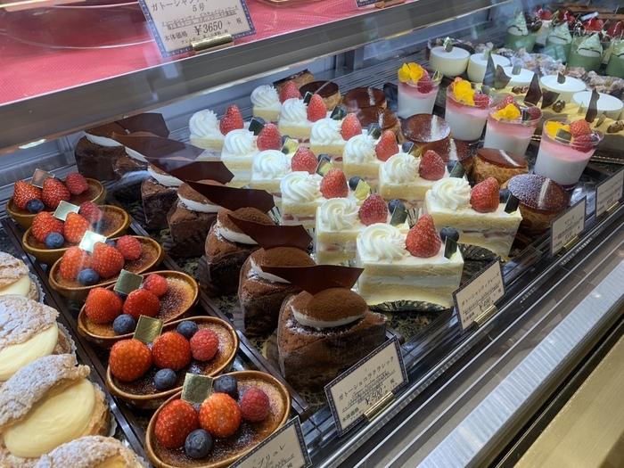 常時20種類ほどのケーキが並んでいます。どれも美しく、まるで宝石のよう。ガトーショコラなどチョコレートを使ったケーキもあるので、食べ比べてみてはいかがでしょうか?