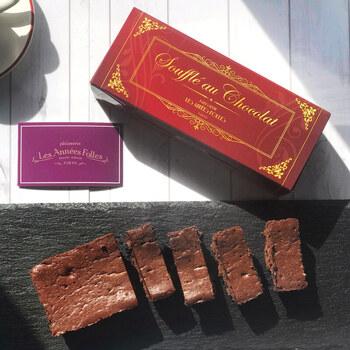 お店を代表するスイーツのひとつが「スフレ・オ・ショコラ」。フランス産カカオ70%のショコラをきめ細かいメレンゲと合わせ、しっとりと焼き上げているのが特徴です。クラシックなデザインの箱入りで高級感がありますね。