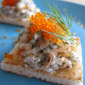 甘海老にディル&マヨネーズを和えたサラダをスウェーデンでは、「Skagenröra(スカーゲンローラ)」と呼びます。とびっこをプラスすると、プチプチとした触感を味わうことができますよ♪