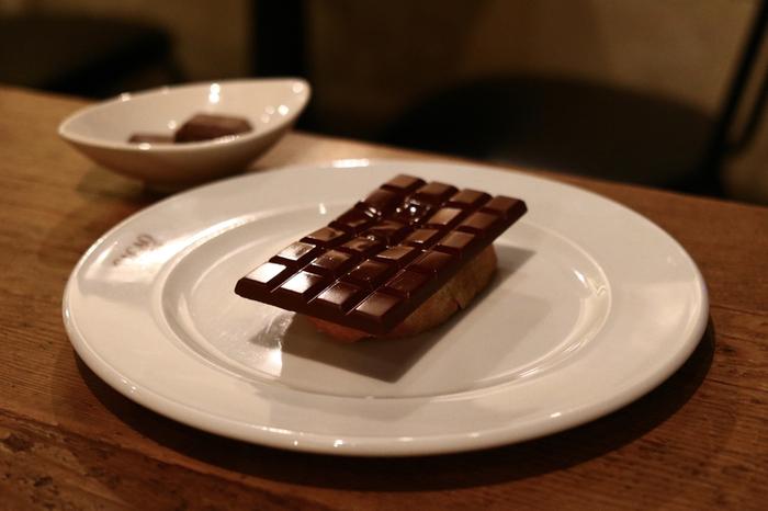 ケーキはテイクアウトもできますが、イートイン限定メニューも要チェック。板チョコレート1枚をのせた「トーストショコラ」は、チョコレートのおいしさをシンプルに味わえるbean to bar専門店ならではのスイーツで、インパクト抜群です。